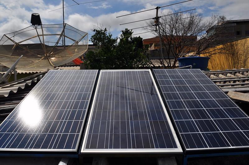 Geração solar residencial diminui a demanda e os impactos das grandes usinas elétricas.