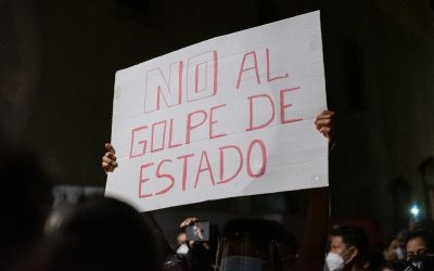 Com cartaz 'Não ao golpe de Estado', manifestante protesta contra o impeachment em Lima, capital do Peru