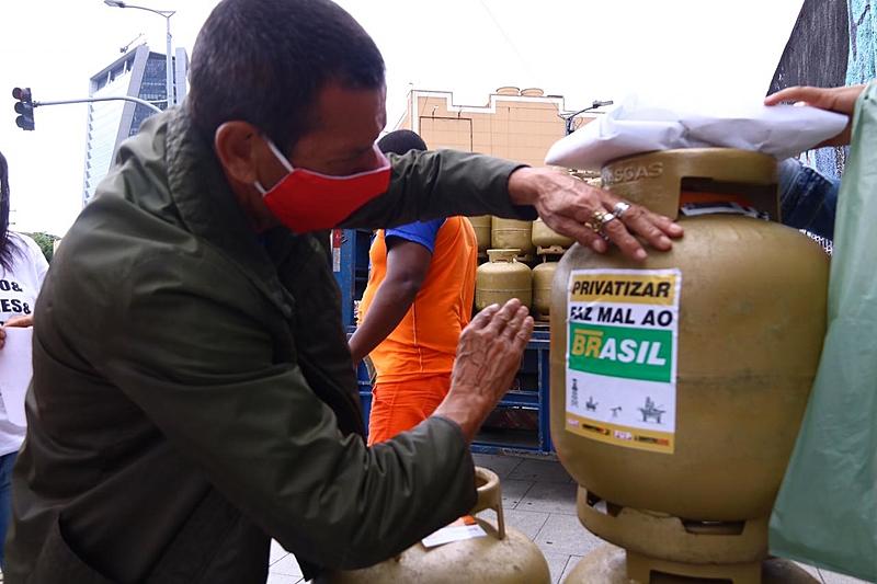 Além de amenizar os impactos do desemprego e da pandemia de covid-19, a iniciativa tem também o objetivo de denunciar a privatização da Petrobras. Foto: Pablo Vergara | Brasil de Fato